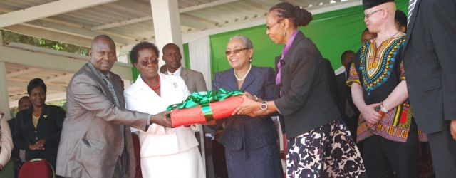 Prof Imbuga, Prof Kahangi, and Dr Kinyua presents a present  to Mama Margret Kenyatta during jkuat gender week.
