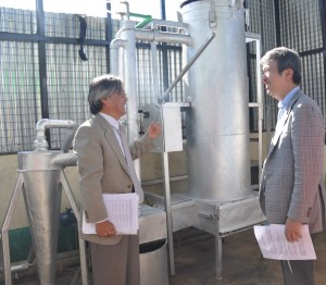 Hon. Ishihara tours the renewable energy facility at the institute JKUAT