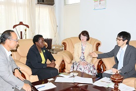 Mr. Akao (right) explains a point during the courtesy call on the Vice Chancellor. From left are Prof. Tsunoda, Prof. Imbuga and Ms. Yamano2