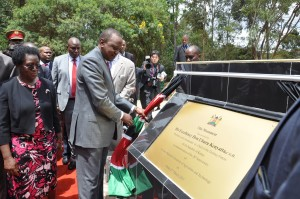 President Kenyata unveils the JKUAT 20th Anniversary monument accompanied by Vice Chancellor, Prof. Mabel Imbuga