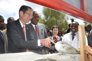 President Kenyatta and Japan Ambassador to Kenya, Tatsushi Terada lay the foundation stone for the construction of an Intergrated Engineering and Prototyping Centre at JKUAT