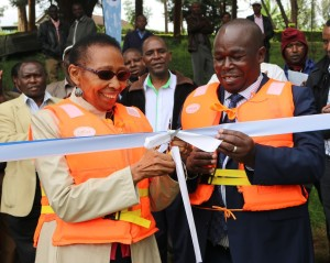 Prof. Kahangi and Eng. Gichuki officially launch the reservoir research at Ruiru Dam
