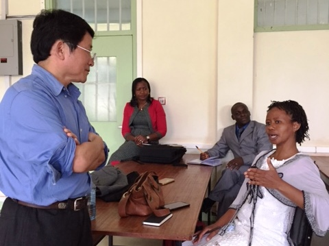 Prof. Huang interacting with one of the participants during the seminar